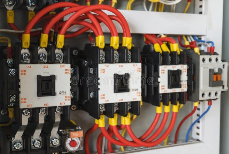 Close-up elektro bedrading met zekeringen en schakelaars stock foto