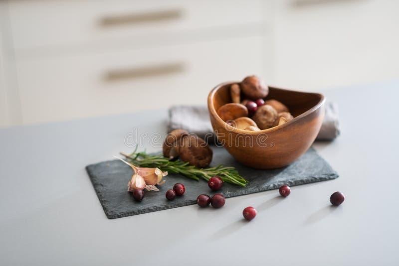 Close up em lingonberries e em rosmarinus dos cogumelos imagem de stock royalty free