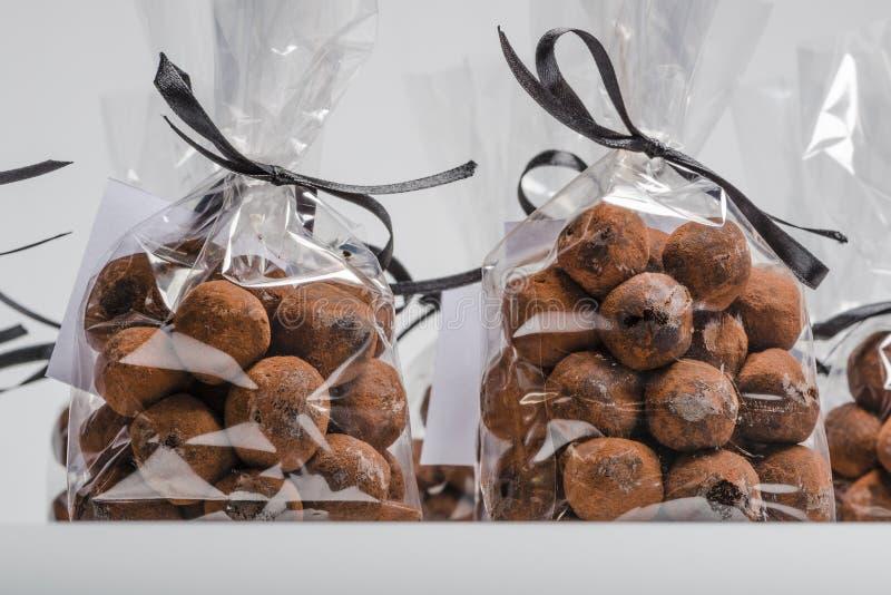 Close up em sacos luxuosos de trufas de chocolate com fita preta imagem de stock