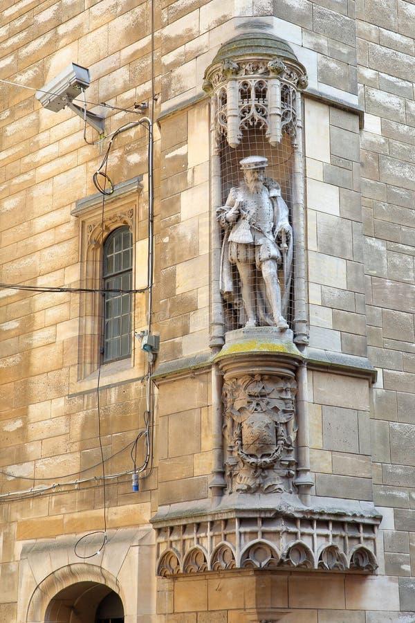 Close-up em uma estátua na rua de St Johns em Cambridge imagem de stock