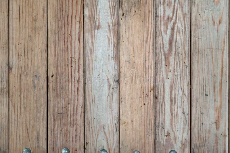 Close-up em uma superfície plana de madeira com quebras em placas verticais com listras e anéis para a construção e para fabricar fotografia de stock