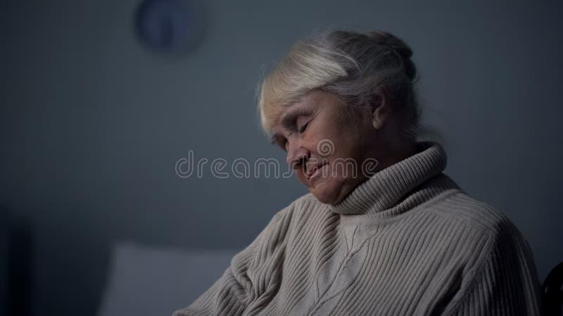 Close up envelhecido do sono da mulher, lazer do lar de idosos, sesta da aposentadoria, cansaço fotos de stock