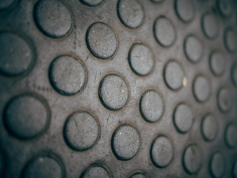 Close up extremo de uma câmara de visita do metal com uma textura suja foto de stock royalty free