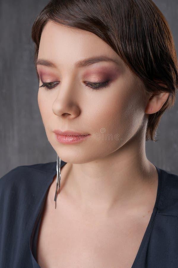 Close-up fêmea bonito do retrato, composição da beleza fotos de stock