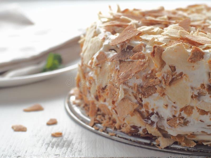 Close-up festivo do bolo Torte inteiro da migalha na tabela de madeira branca imagem de stock