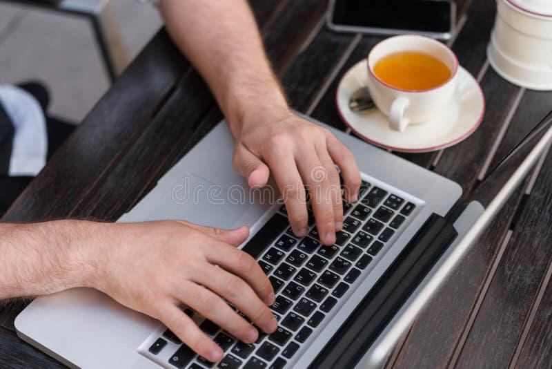 Close-up freelancer ` s werkplaats met laptop stock foto