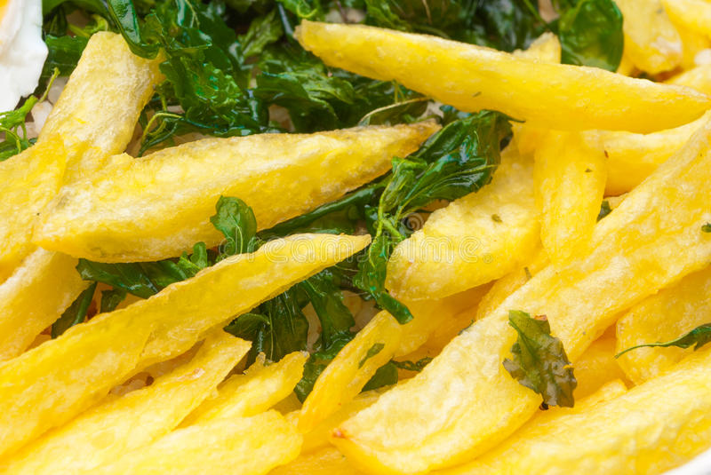 Close up a Fried Potatoes e a Basil Background friável imagem de stock royalty free