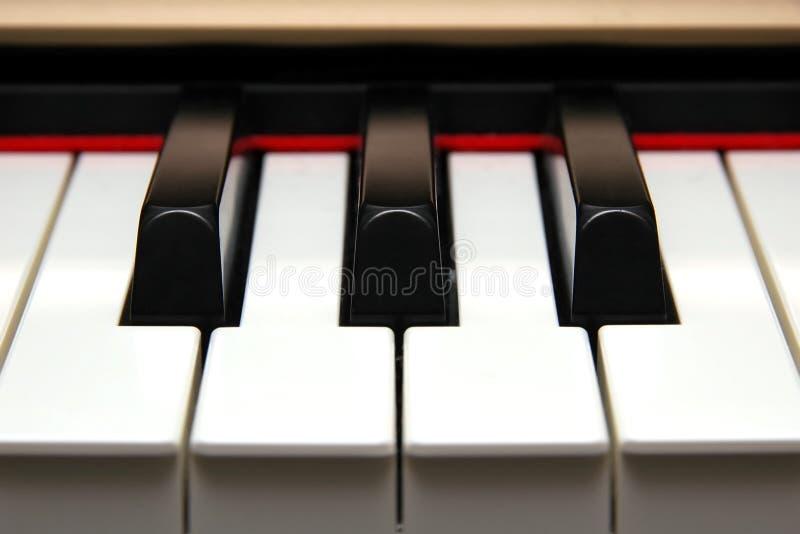 Close up frontal de chaves do piano fotografia de stock