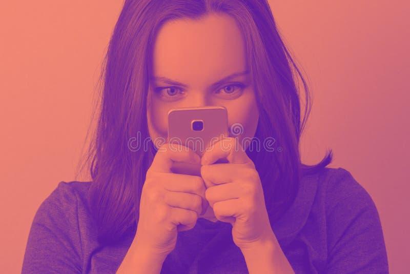 Close-up gekleurd beeld van vrouw met telefoon stock afbeelding