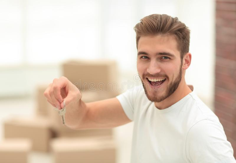 close-up gelukkig de man met de sleutels aan nieuwe flats stock foto's