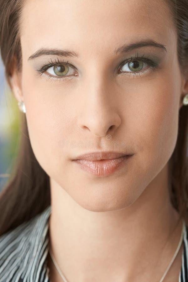 Close-up gezichtsportret van aantrekkelijke vrouw stock foto's