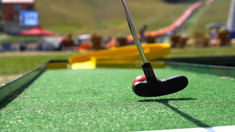 Close up golfe do jogo do jogador do mini fotos de stock royalty free