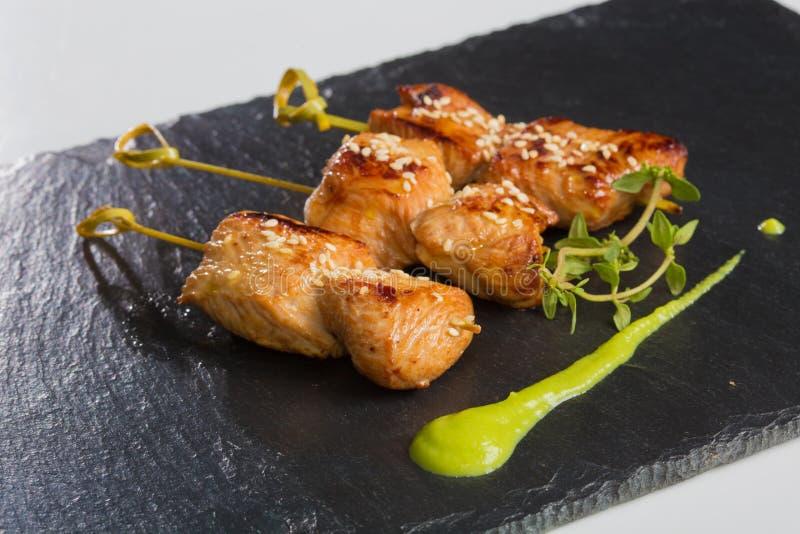 Close-up grelhado da galinha e da salada imagem de stock royalty free