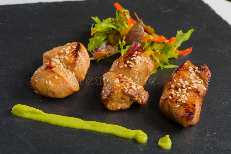 Close-up grelhado da galinha e da salada foto de stock