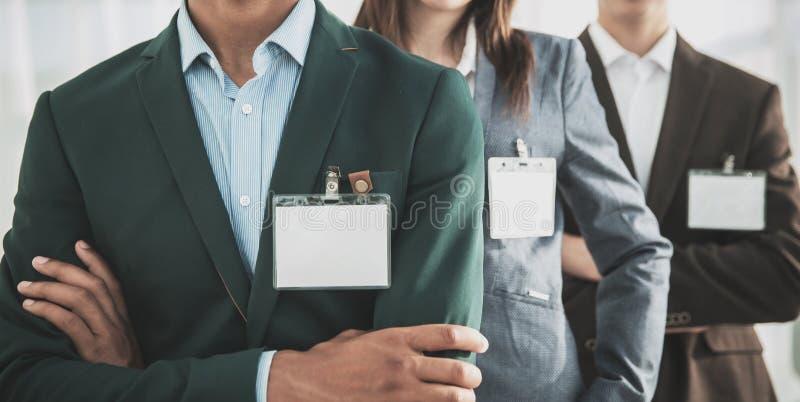 close-up groep bedrijfsmensen met lege kentekens royalty-vrije stock afbeeldingen