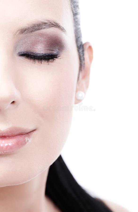 Close-up half portret van het glimlachen van gesloten vrouwenogen stock afbeeldingen