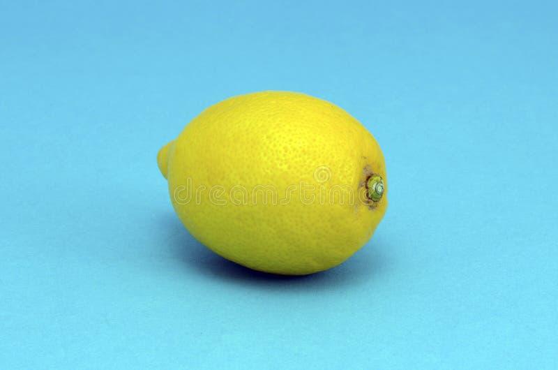 Close up heatlhy da fruta do limão no fundo azul fotografia de stock