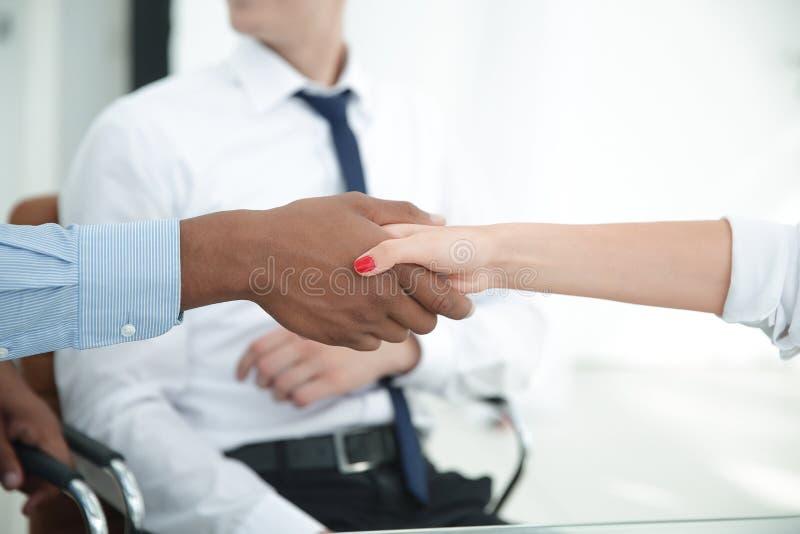 close-up het sterke financi?le partners schudden overhandigt een Bureau stock foto