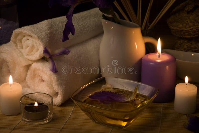 Close-up Het stilleven van het kuuroord Overzeese zout bad, kaarsen, bloemen en handdoeken Lichaamsolie stock afbeelding