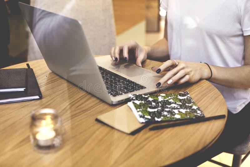 Close-up hipster onderneemster die wit overhemd dragen die in koffie startproject werken Creatief Jong meisje die Notitieboekjeco stock afbeeldingen