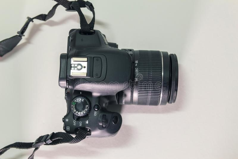 Close-up hoogste mening van moderne zwarte DSLR-camera op witte achtergrond stock foto