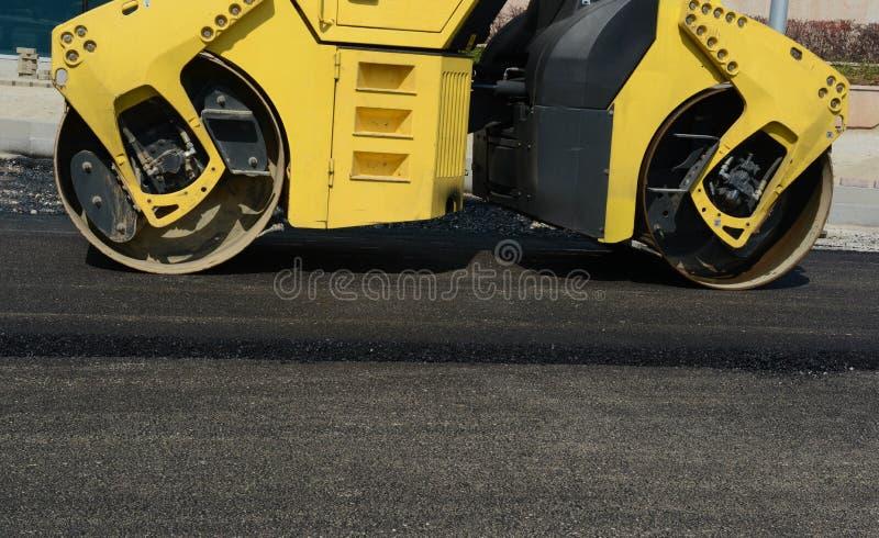 Close-up horizontale mening van nieuwe asfaltweg op 13 Augustus, 2015 stock fotografie