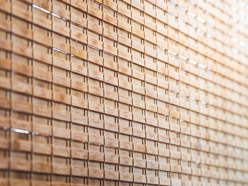 Close-up houten blinde texturen met geel zonlicht in cafetaria stock foto