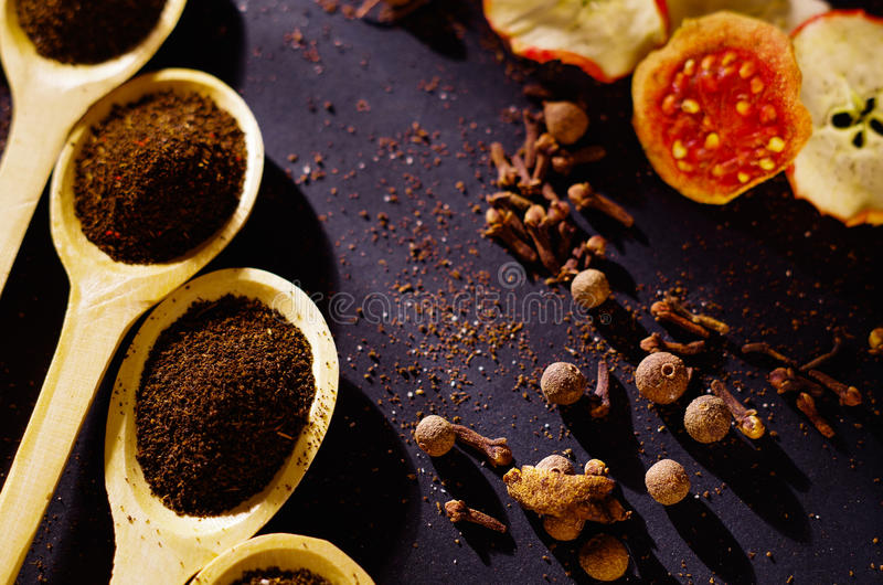 Close-up houten rustieke die lepels met vers aftrekselpoeder, andere theeën en kruiden op zeer aardige achtergrond worden opgevul royalty-vrije stock foto