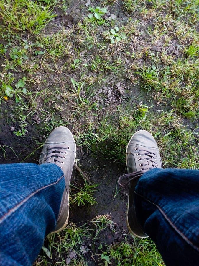 Close-up humano dos pés, fotografado fora em um jardim, em Romênia fotos de stock royalty free