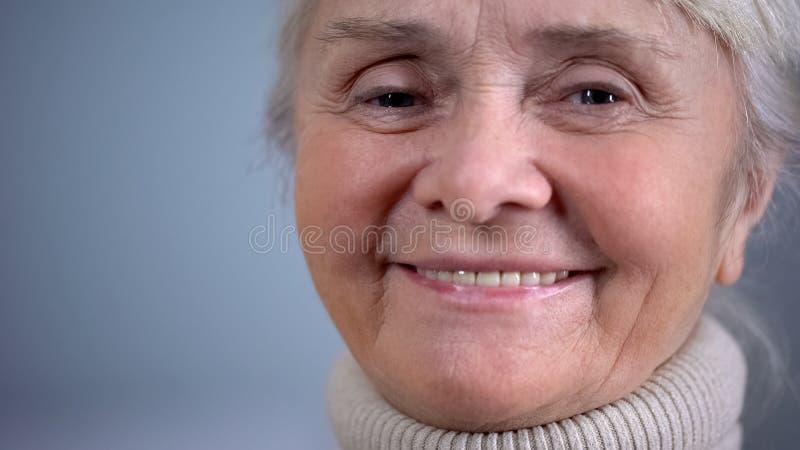 Close-up idoso de sorriso da mulher, segurança social, cuidado na idade avançada, humor positivo imagens de stock royalty free