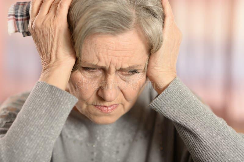 Close-up idoso triste bonito da mulher imagens de stock royalty free