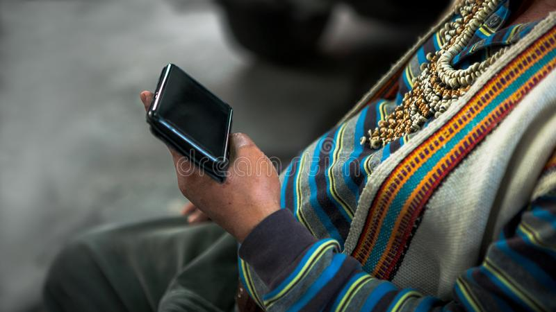 Close-up inheemse het gebruiken smartphone en geklede traditionele kleren van stam royalty-vrije stock foto's