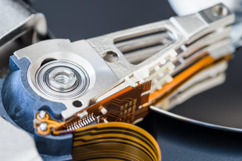 Close-up interno da movimentação de disco rígido, braço de atuador, cabeça de leitura/gravação, cabo de fita fotos de stock royalty free