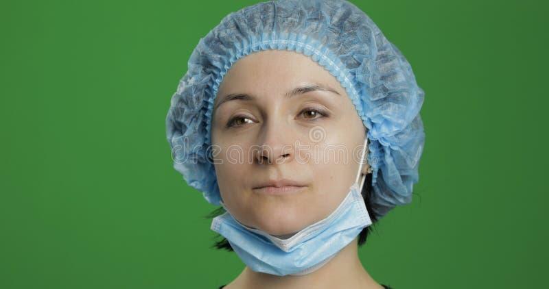 Close-up jonge arts Volwassen vrouwelijke medische arbeider in gezichtsmasker stock fotografie