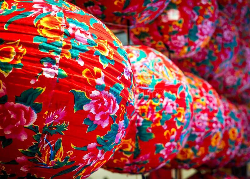 Close-up kleurrijke moderne Chinese lantaarns stock foto's