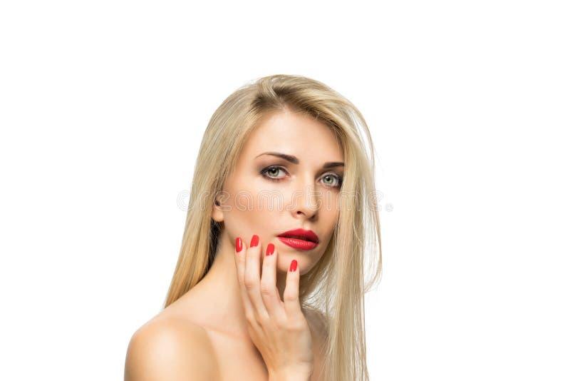 Close-up louro bonito do retrato da mulher hairstyle Bordos vermelhos Miliampère imagem de stock