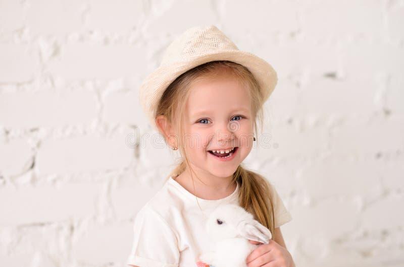 close up louro da menina com um coelho imagens de stock