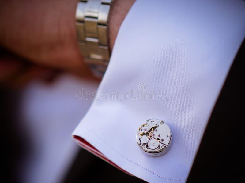 Close-up mężczyzna w tux target417_1_ jego cufflink fornala łęku krawata cufflinks obrazy royalty free