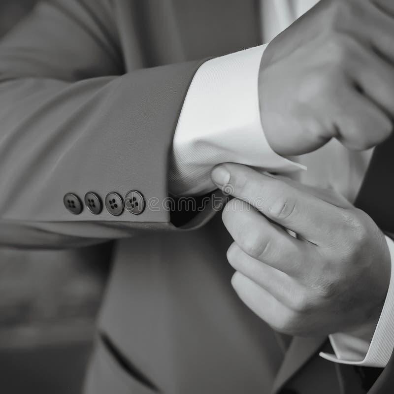 Close-up m??czyzna w tux target417_1_ jego cufflink fornala ??ku krawata cufflinks zdjęcie royalty free