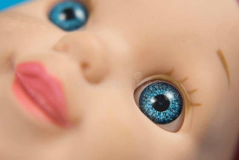 Close up macro do foco seletivo dos olhos azuis da boneca fotografia de stock royalty free