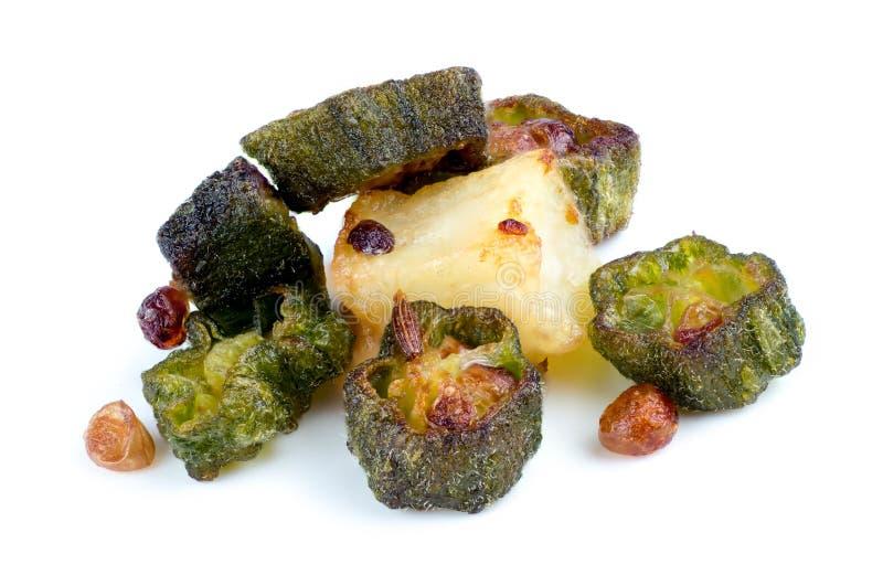 Close up macro do quiabo fritado com o cominhos e a batata isolados imagens de stock