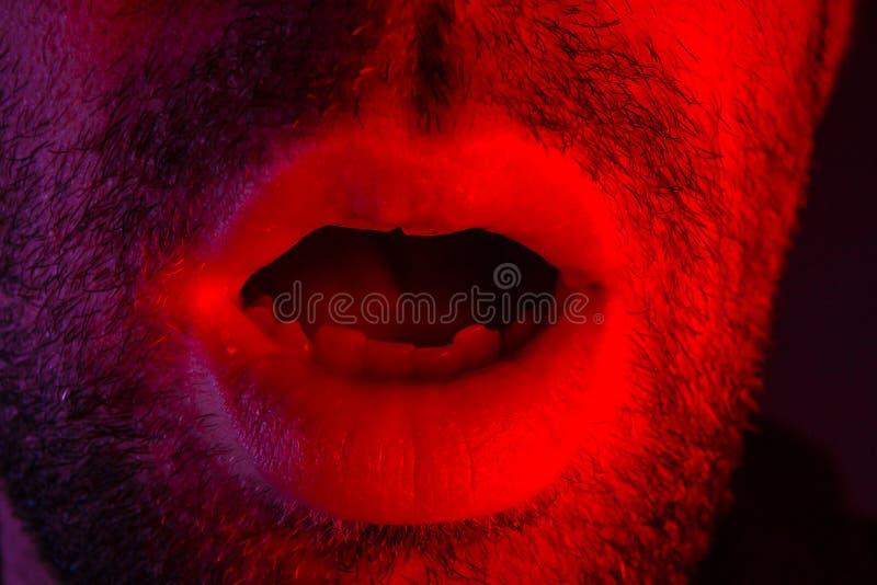 Close up macro no homem com expressão facial surpreendida com opene foto de stock royalty free