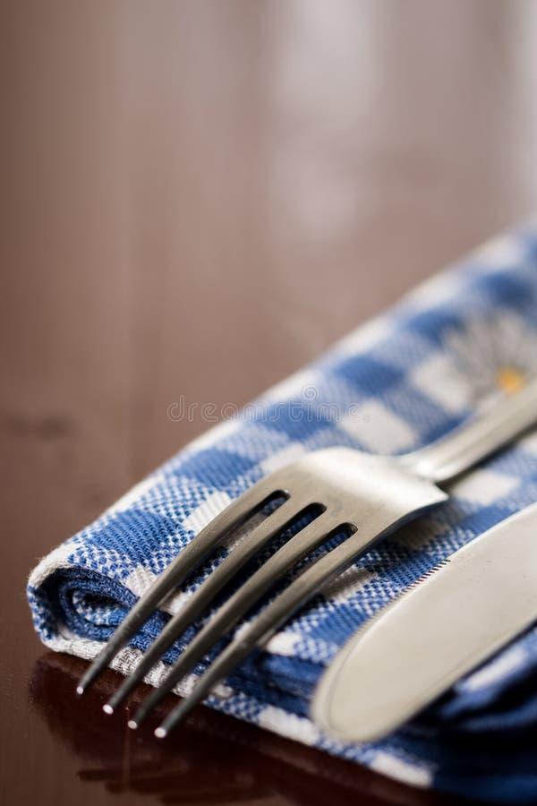 Close-up macro selectieve nadruk op metaalvork met mes op de keukentheedoek met exemplaarruimte stock foto's