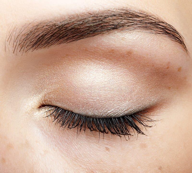 Close-up macroschot van gesloten menselijk vrouwelijk oog met natuurlijke dag F royalty-vrije stock foto