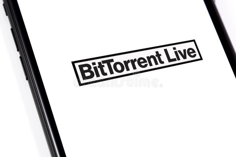 Close-up macrosmartphone met BitTorrentLIVE-embleem stock foto's