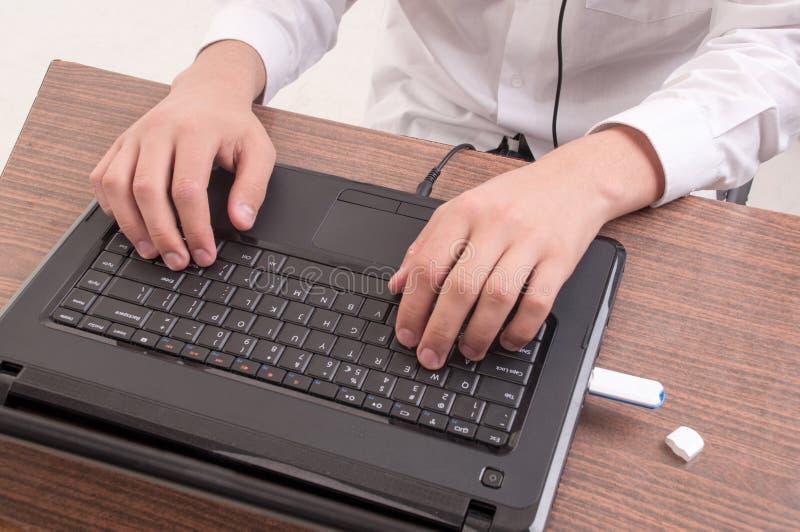 Close-up man handen die op laptop van de toetsenbordcomputer typen stock afbeelding
