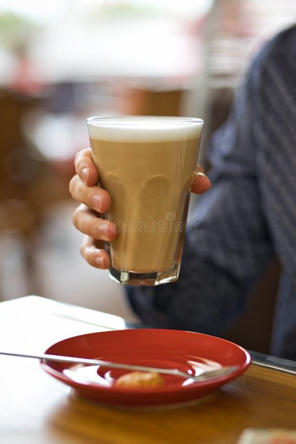 Close-up man handen met grote latte royalty-vrije stock foto's