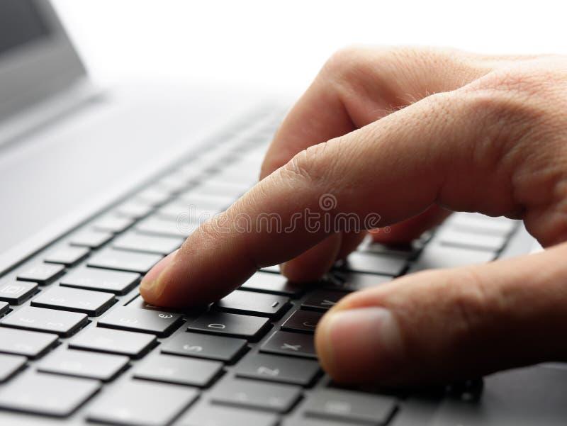 Close-up mannelijke hand het typen backlit laptop van de toetsenbordcomputer stock foto's