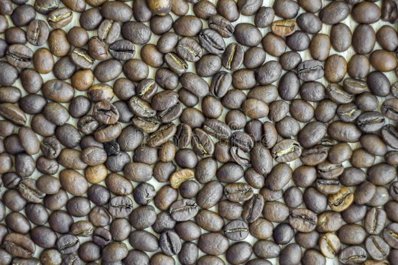 Close up marrom roasted claro e escuro dos feijões de café textura de superf?cie natural fotografia de stock