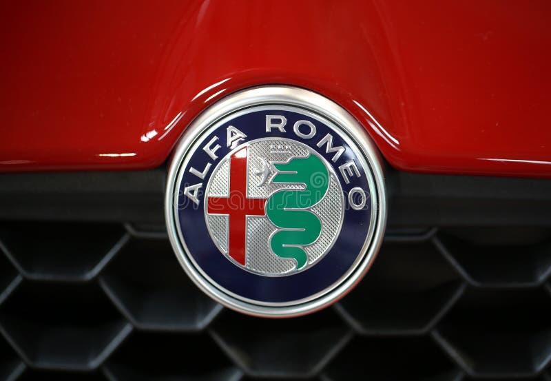 Close up metálico do logotipo de Alfa Romeo no carro de Alfa Romeo imagem de stock